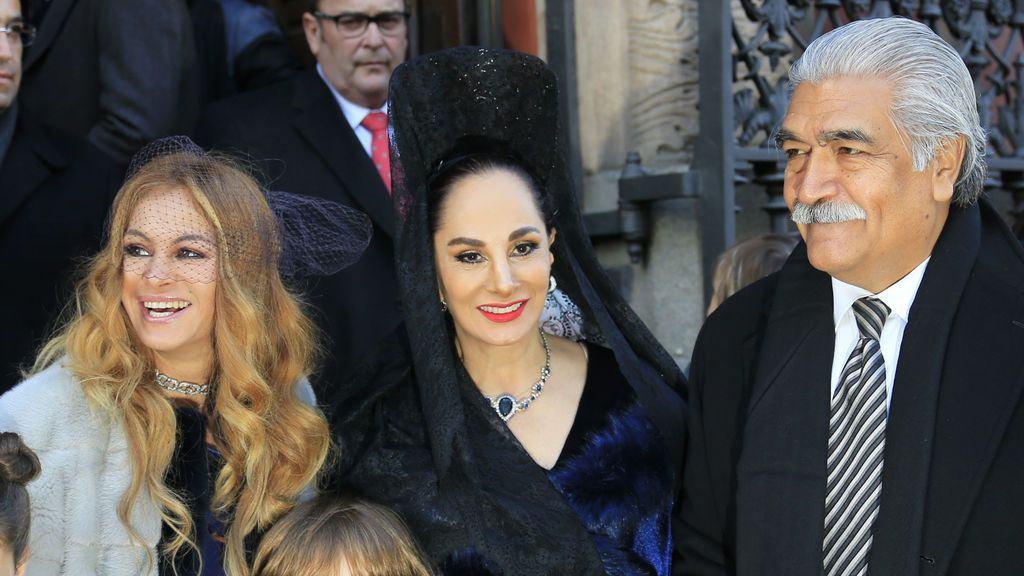 Mantillas y capa para el frío: la boda del hermano de Paulina Rubio con la sobrina del fundador del opus