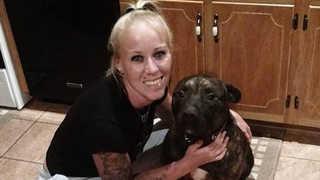 Bethany Lynn Stephens posando con uno de sus perros