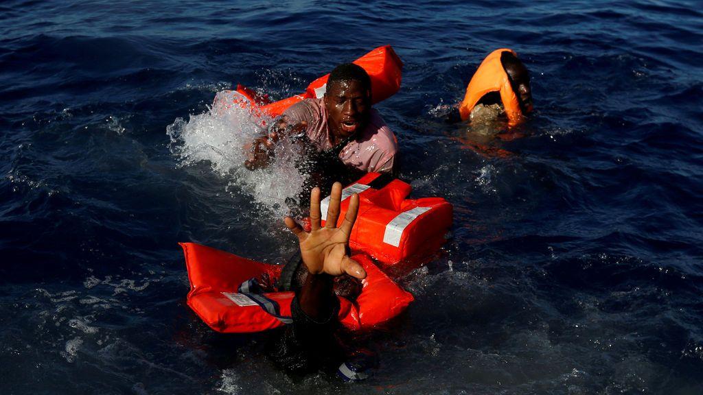 Inmigrantes luchan por mantenerse a flote al caer al agua en Libia