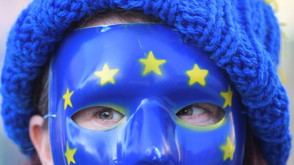 Un grupo de personas protesta contra el Brexit a las puertas de Westminster