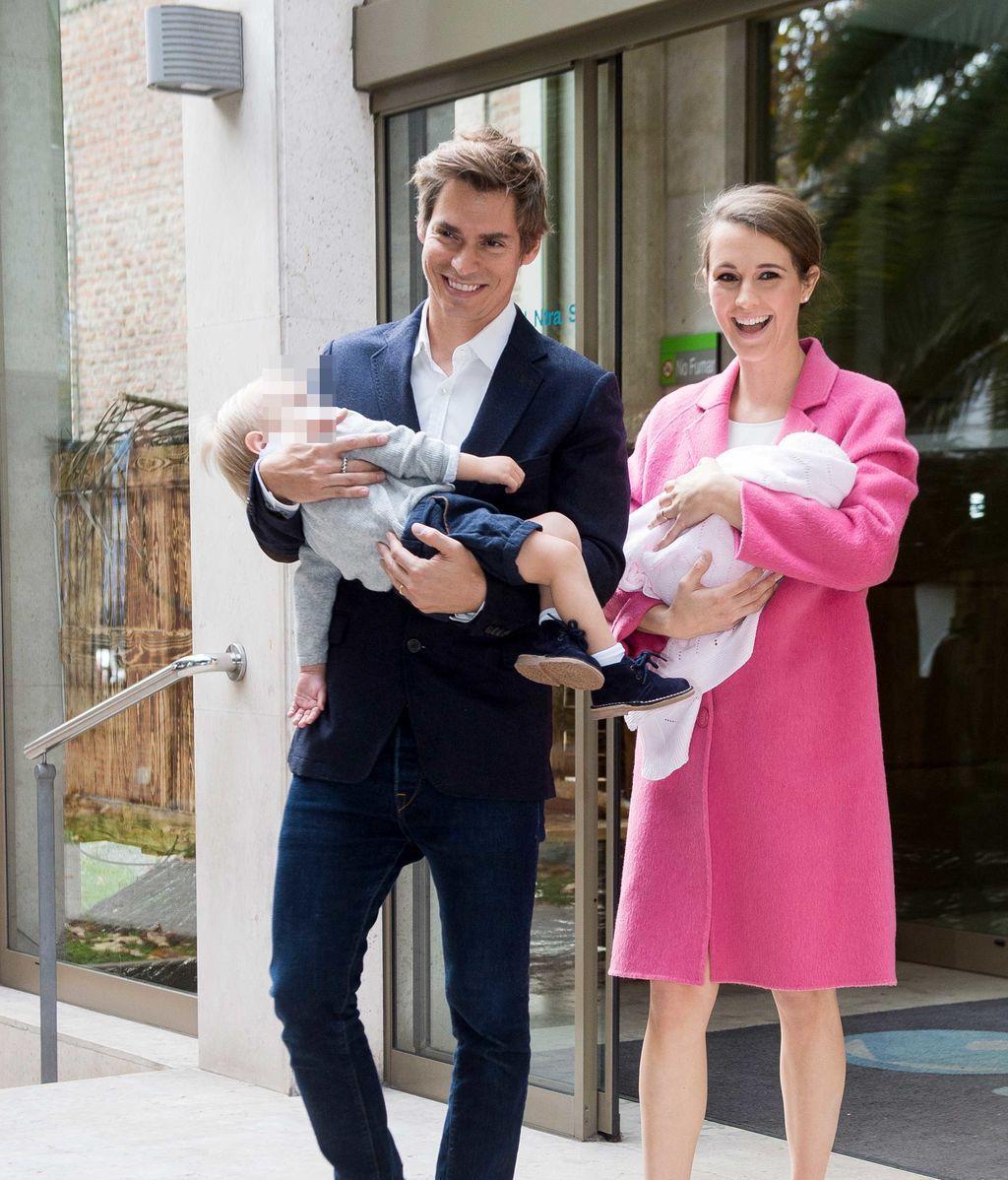 De Rosa y con su hermanito Markuss: Carlos Baute y Astris Klisans presentan a su hija Liene