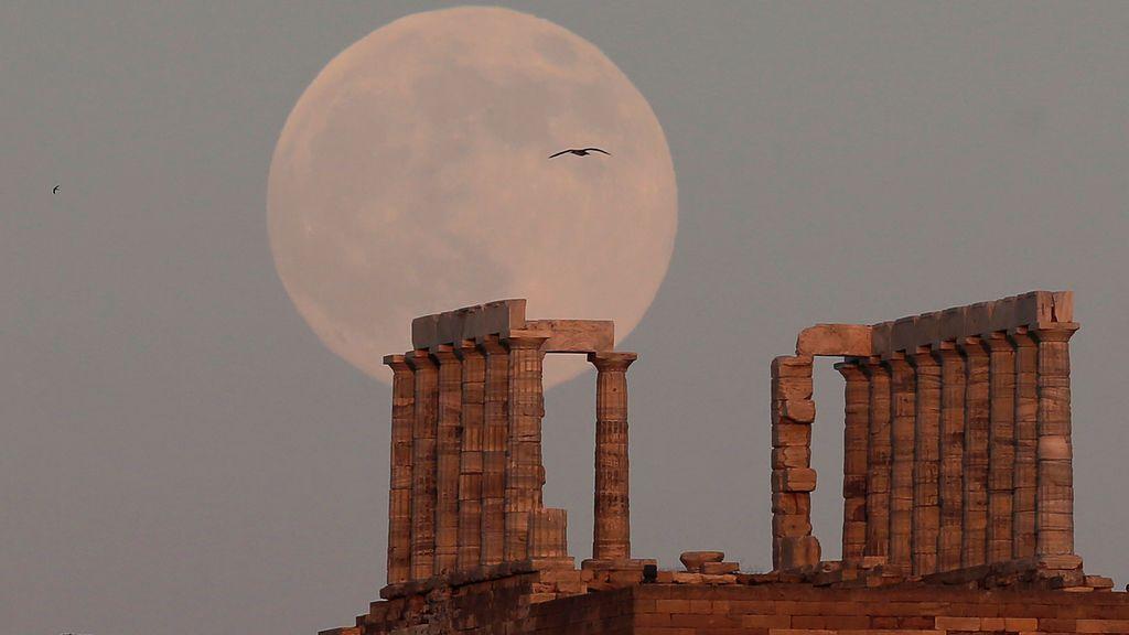 La superluna vista desde el templo de Poseidón (julio)