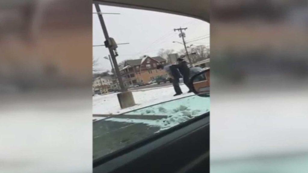 Regala un abrigo a un mendigo que estaba en la calle a menos 18 grados