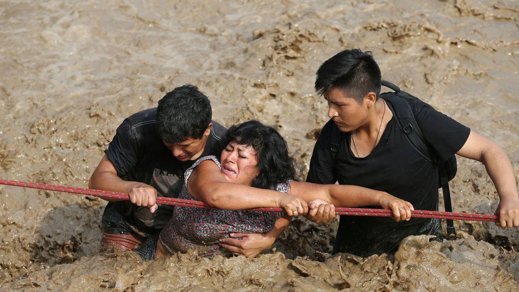Rescate durante la crecida de un río en en Perú(marzo)