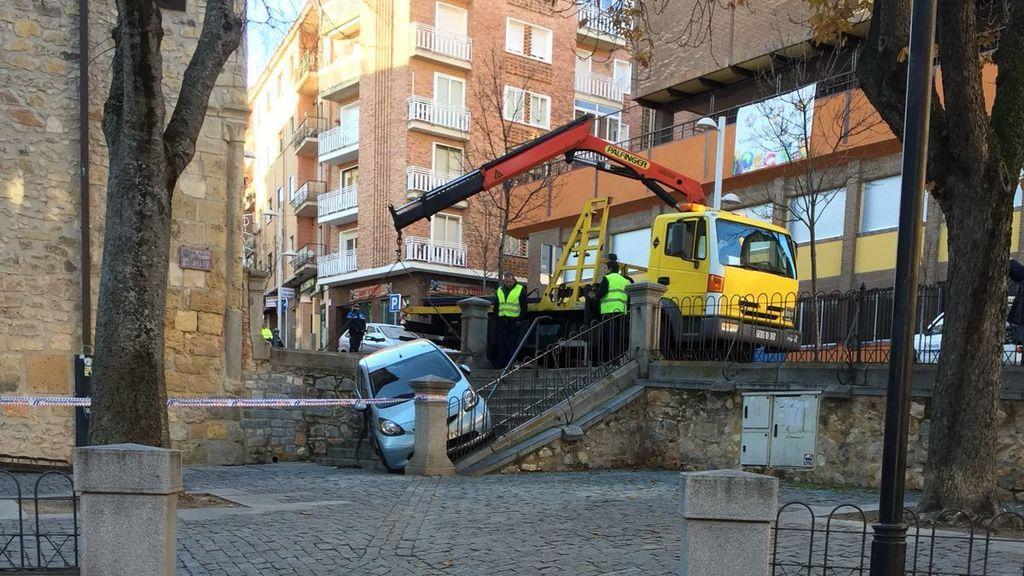 Un coche sin conductor se estrella en unas escaleras