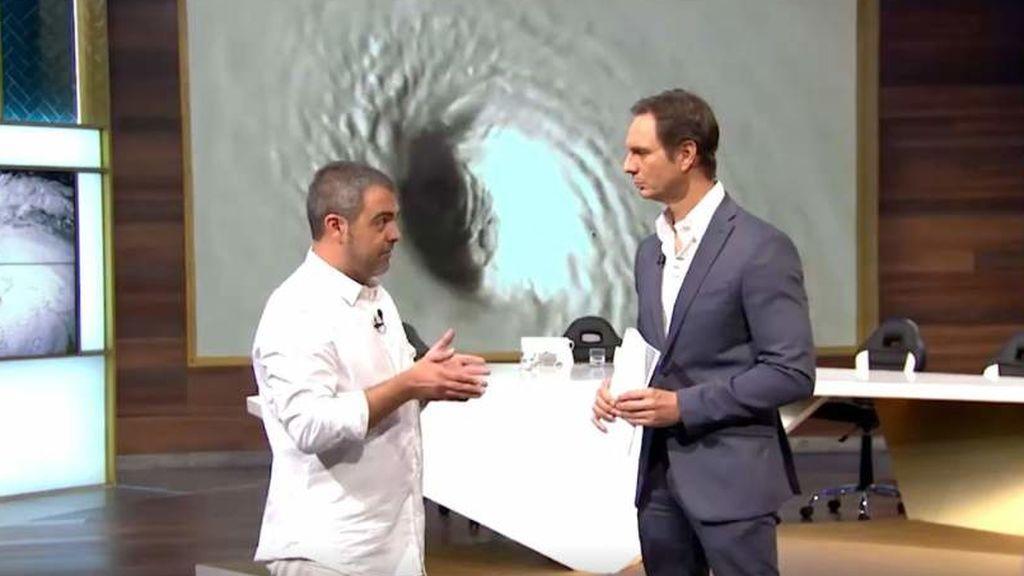 Javier Cardenas entrevista a un defensor de que los huracanes son creados por las personas en 'Hora punta'.
