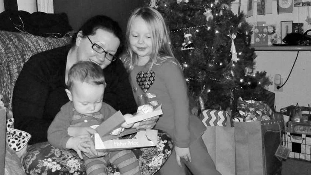 Una madre crea decoraciones y dulces navideños con los restos de su placenta