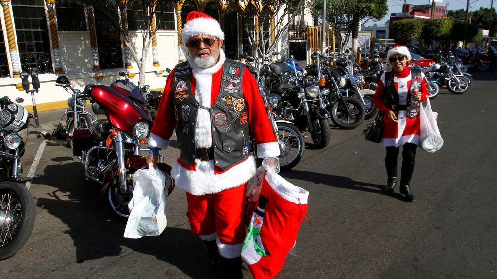 Una motocicleta que se viste de Santa, participa en los paseos anuales en motocicletas repartiendo regalos a los niños pobres por las calles de Tijuana, México
