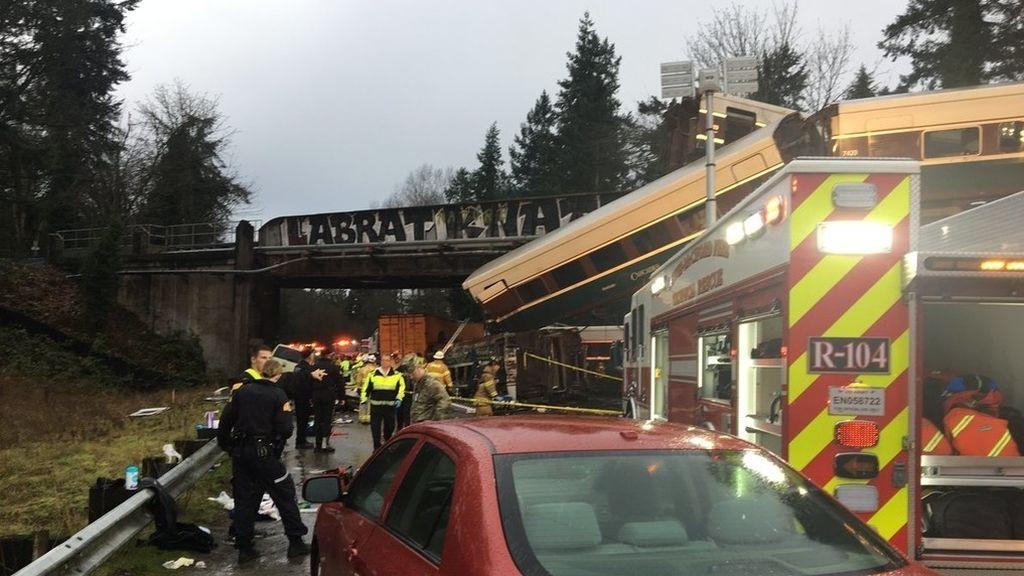 Estados Unidos: un tren descarrila sobre una autopista en su ruta inaugural
