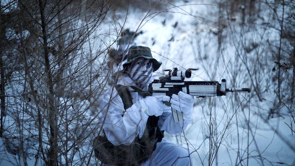 Marinos surcoreanos y estadounidenses participan en un simulacro militar de invierno en Pyeongchang, Corea del Sur