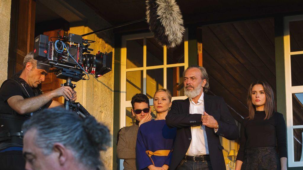 Álex Monner, Pilar Castro, Jose Coronado y Giulia Charm durante la grabación de 'Vivir sin permiso'.