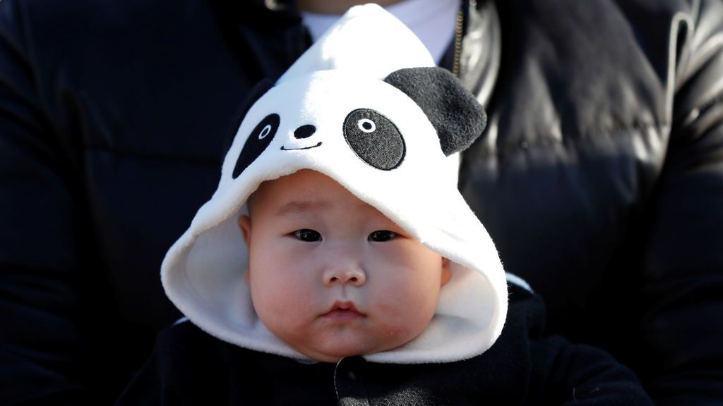 El bebé de 6 meses Miu Suwazono con un disfraz de panda gigante espera el debut público de la panda bebé Xiang Xiang, nacida de la panza madre Shin Shin
