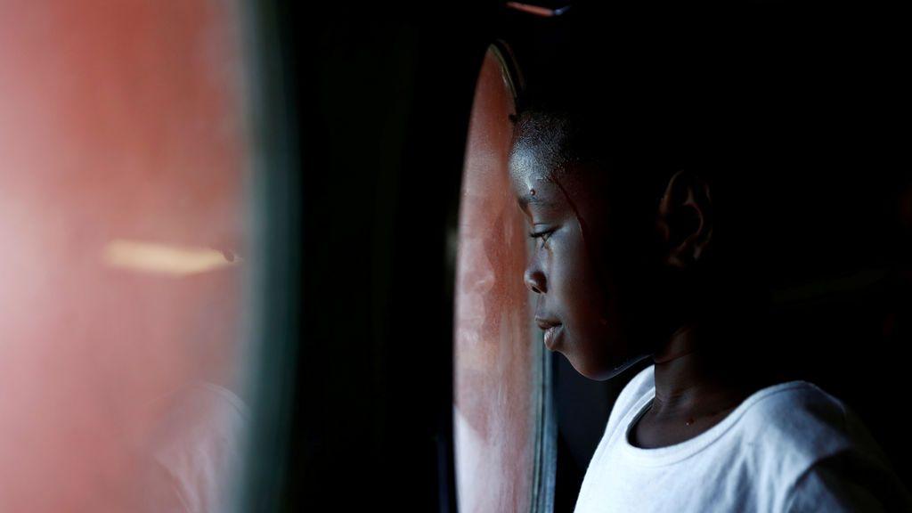 La mirada de una pequeña inmigrante desde su barco de rescate, que arriba al puerto Sicilia