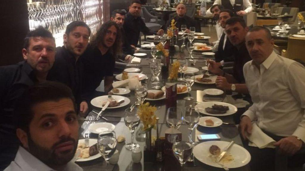 Ronaldo, Puyol, Figo, Roberto Carlos... la foto de la 'cena de empresa' de Totti que se ha hecho viral