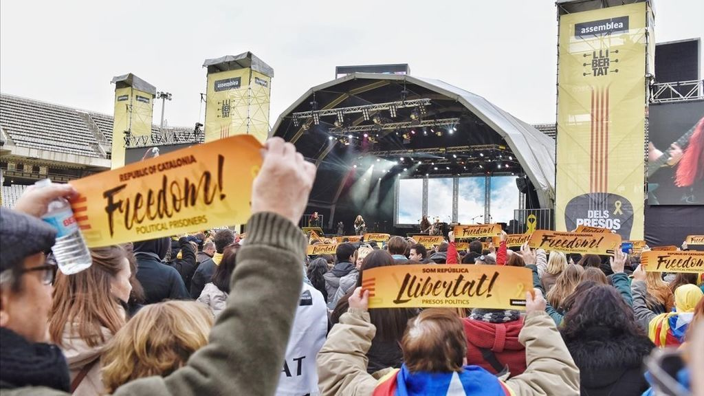 """Miles de personas en el concierto del sábado 2 de diciembre organizado por la ANC  """"por la libertad de los presos políticos""""."""