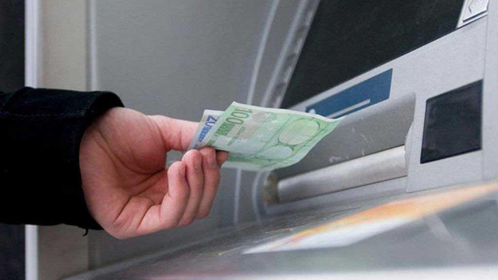 Detenido un hombre que se apropió del dinero olvidado en un cajero en Asturias