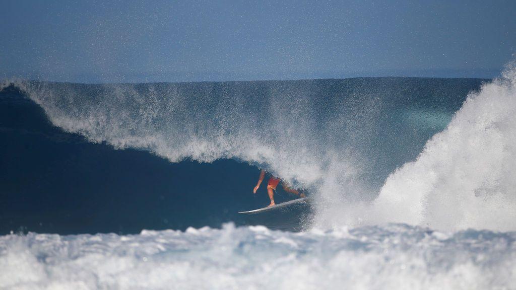 El surfista Joel Parkinson compite durante el Billabong Pipe Masters en Banzai Pipeline en Pupukea en la isla de Oahu, Hawaii, EE. UU