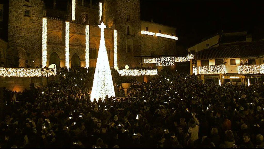 ¡Emoción y mucha luz en Guadalupe por ser el pueblo más bello y bueno de España!