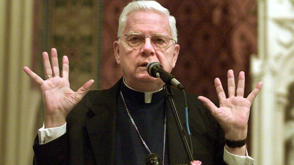 El cardenal Bernard Law durante una ceremonia religiosa en 2002