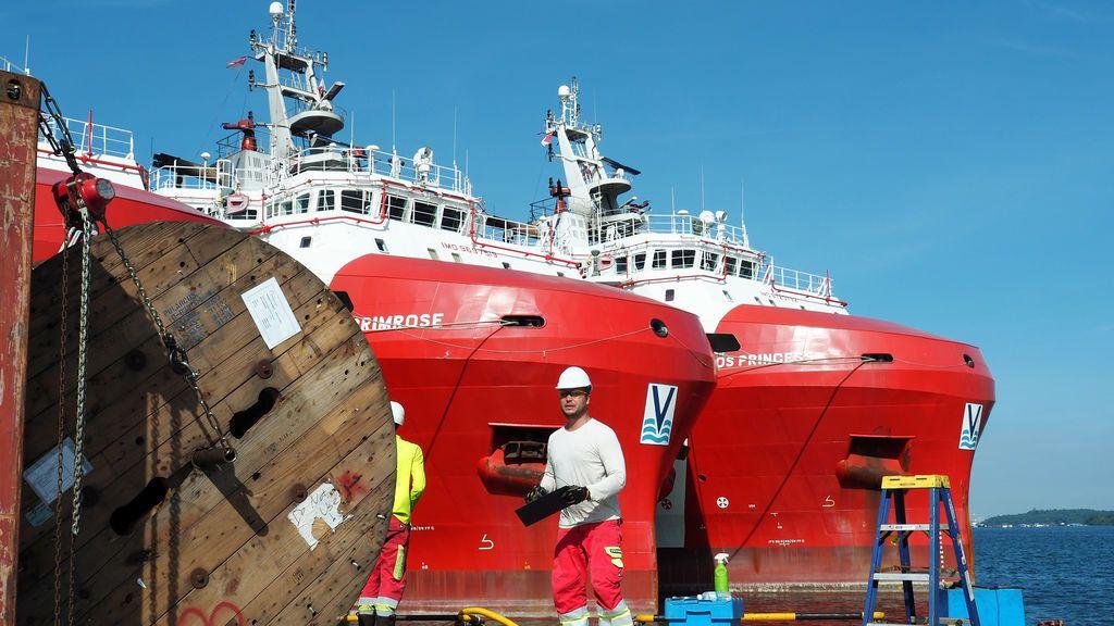 La tripulación prepara los cables sísmicos para ser cargados en el barco de vigilancia sísmica Polarcus Naila en Singapur,