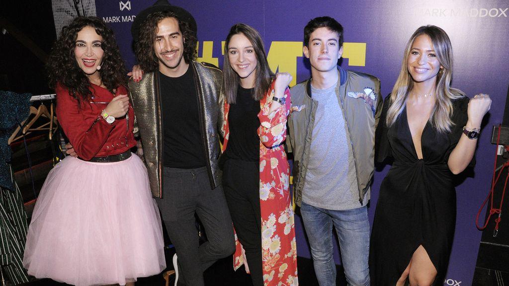Cristina Rodríguez y María Verdoy junto a los ganadores del cambio express