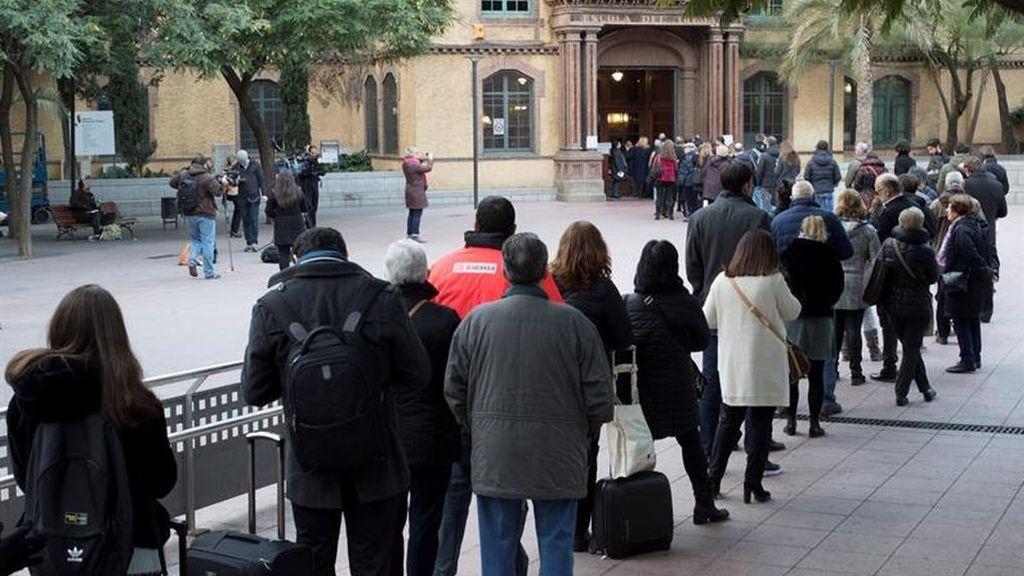 Colas para votar a las puertas de los colegios electorales