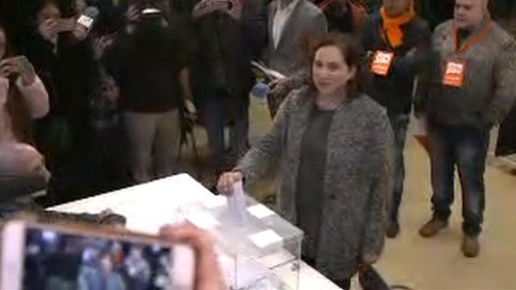 """Colau vota en una jornada que define de """"histórica para Cataluña"""""""