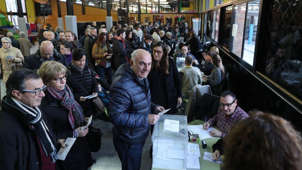 Numerosos ciudadanos ejercen su derecho al voto tras la apertura del colegio electoral