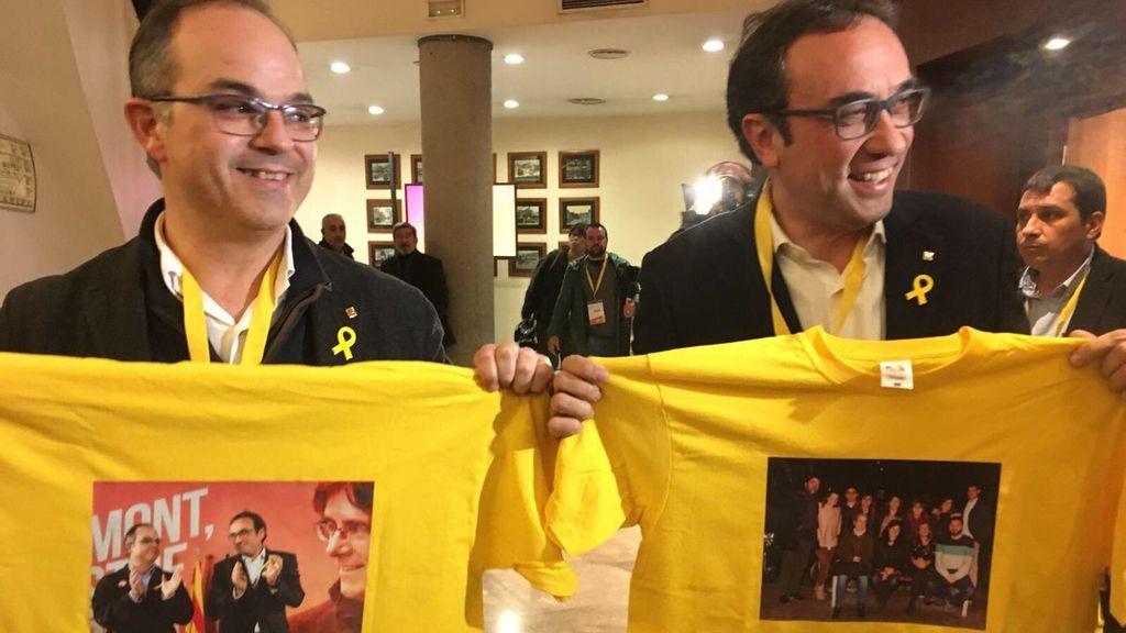 Un grupo de periodistas le regala a Rull y Turull unas camisetas con fotografías de los miembros del partido