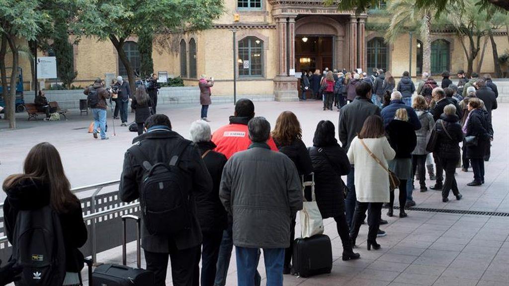 Numerosas personas esperan para votar en las mesas electorales de la Escola Industrial de Barcelona