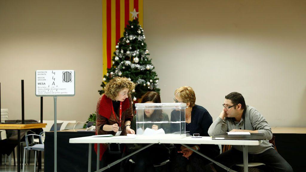 Los trabajadores electorales preparan un colegio electoral para las elecciones regionales de Cataluña en Barcelona, España
