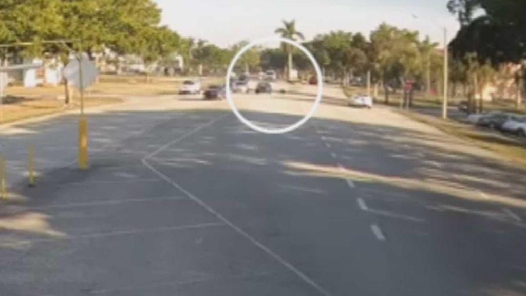 Un drogadicto arrastra con su coche al policía que intentaba ayudarlo