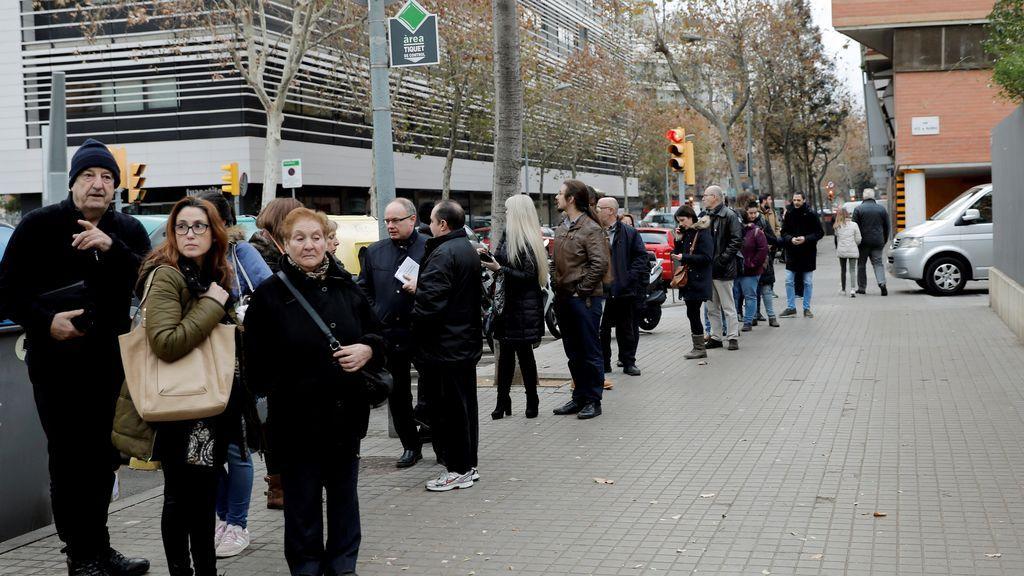 Catalanes hacen cola en un colegio en Barcelona