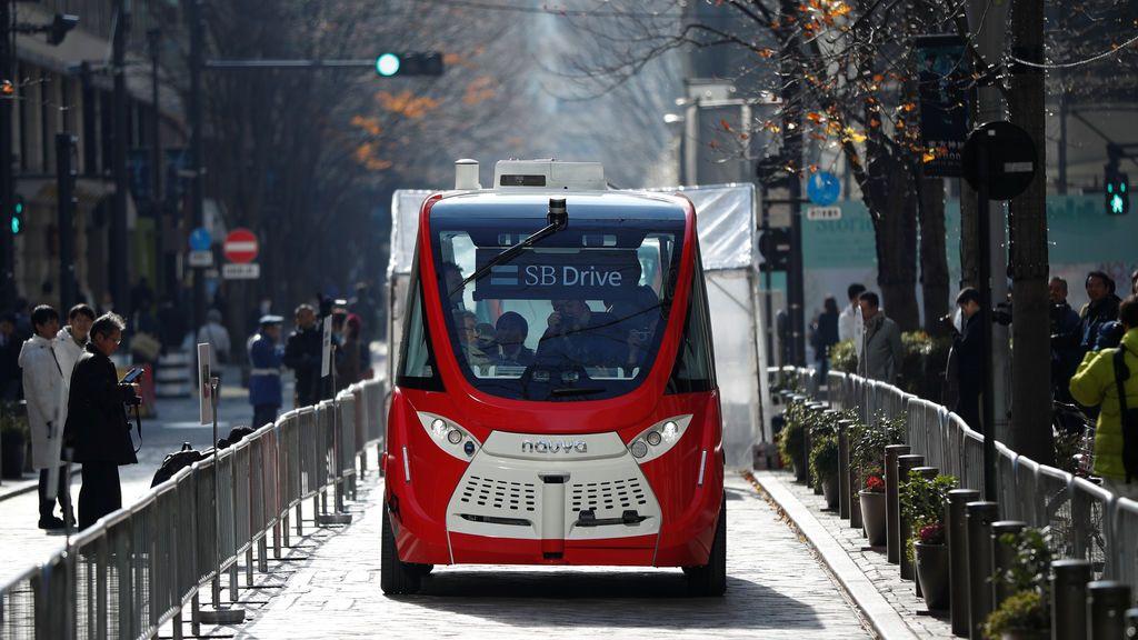 SoftBank y Mitsubishi Estate de Japón muestran un autobús autónomo llamado Navya Arma, durante el evento de demostración en lo que los organizadores dicen que será la primera prueba de Tokio en carreteras públicas, en Tokio, Japón
