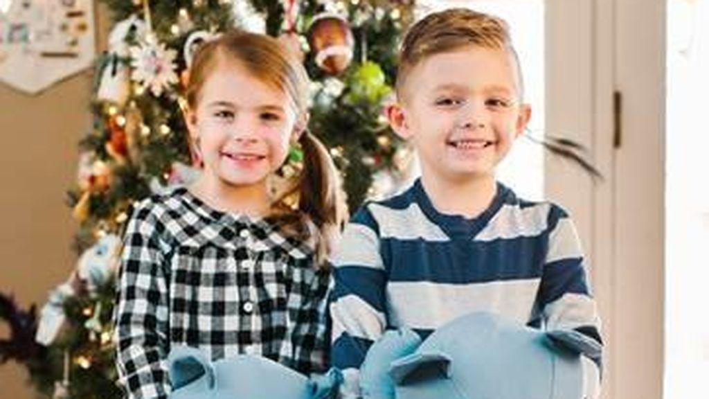Unos gemelos reciben unos peluches fabricados con el uniforme de su padre fallecido