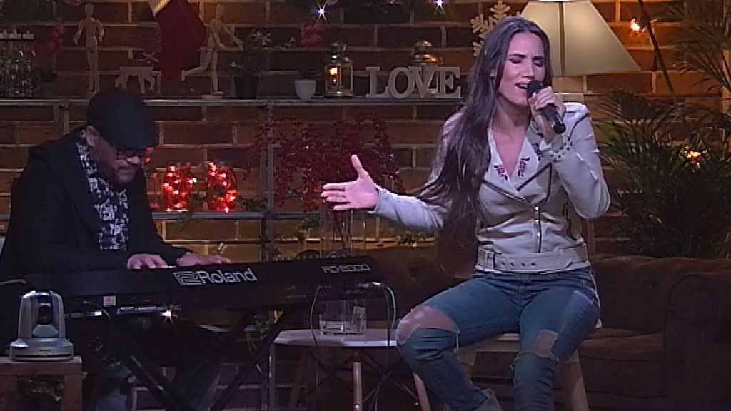 India Martínez canta en 'First dates Christmas'.