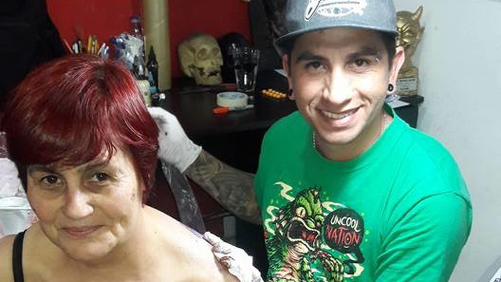 Nora Franchini tatuándose a Messi