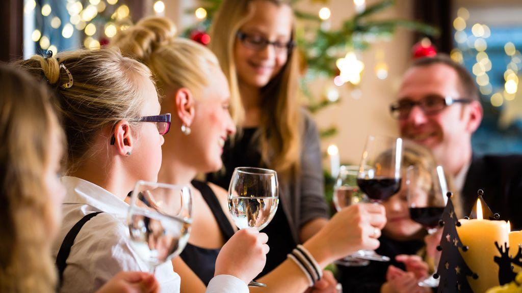 1 de cada 4 españoles mira el móvil en las cenas de Navidad cada 20 minutos o menos