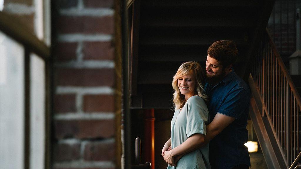 Las personas que viven con sus parejas son más felices que las solteras
