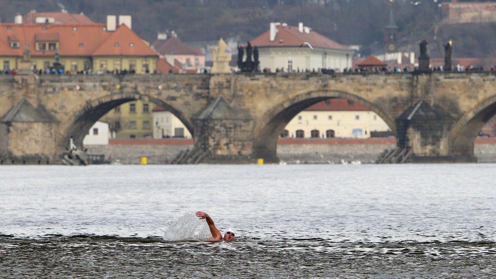 Un nadador participa en la competencia anual de natación de invierno en invierno en el río Vltava en Praga, República Checa