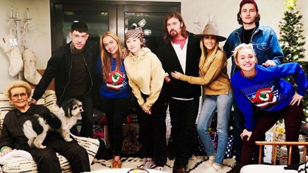 Miley Cyrus volvió a casa por Navidad con su faceta más country