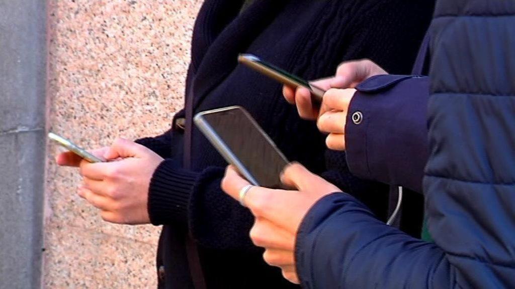 Los padres pueden y deben revisar los whatsapps de sus hijos