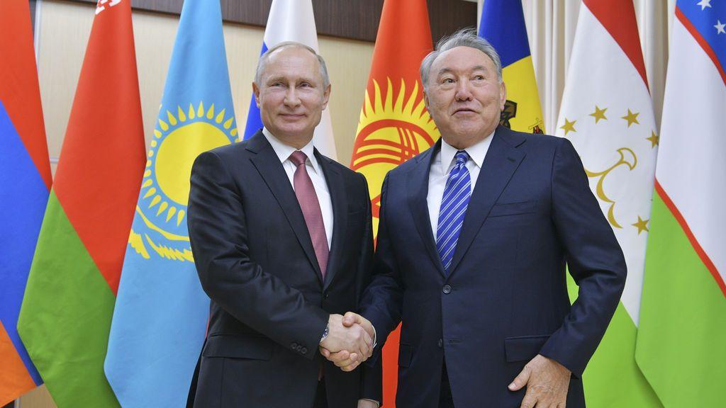 El presidente ruso, Vladimir Putin (izq.), Estrecha la mano de su homólogo kazajo, Nursultan Nazarbayev, antes de una reunión de jefes de la Comunidad de Estados Independientes (CEI) fuera de Moscú, Rusia.