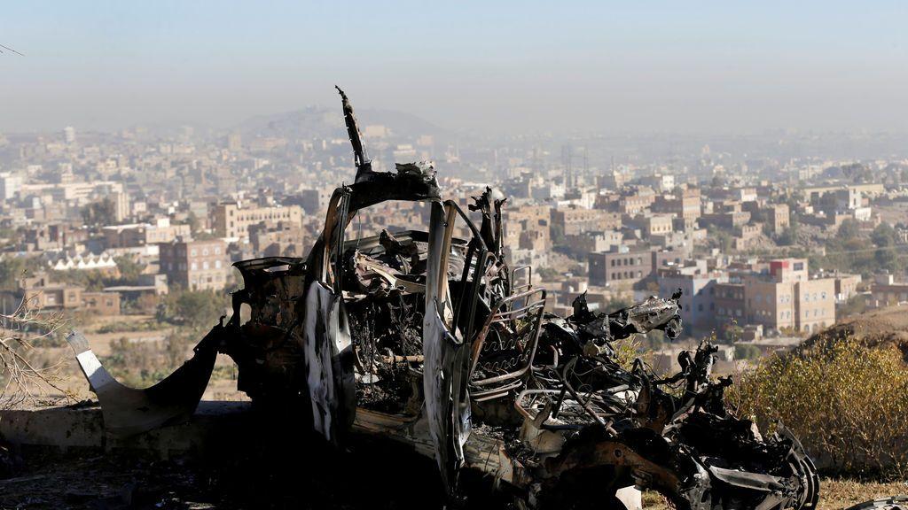 Los restos de un vehículo se representan en el lugar de los ataques aéreos en Sanaa, Yemen