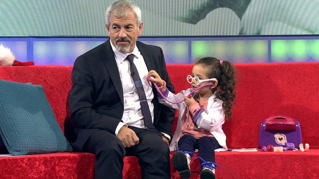 Carlos Sobera y una de las niñas participantes de 'Little big show'.