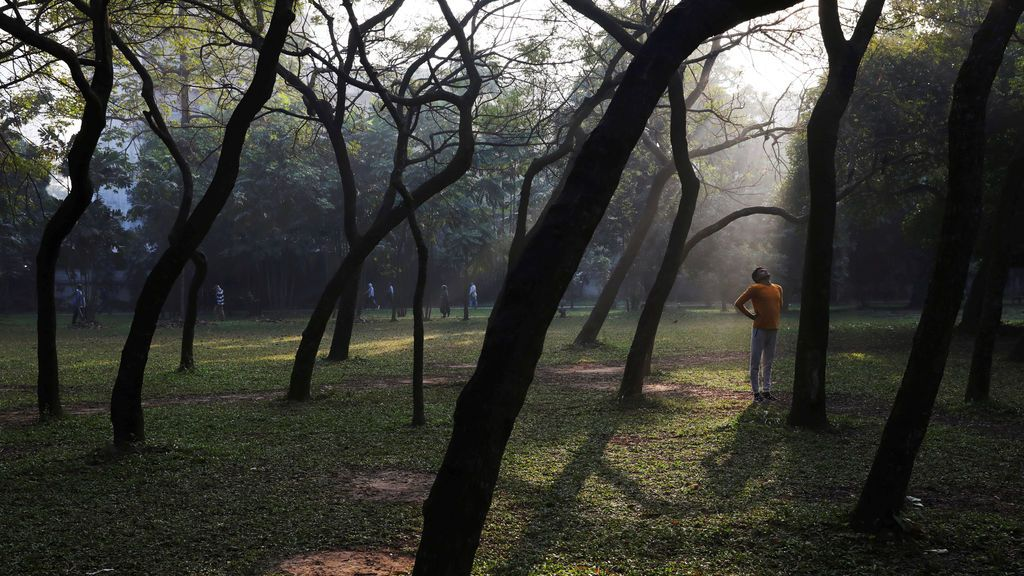 Un hombre se ejercita en la mañana en Ramna Park en Dhaka, Bangladesh