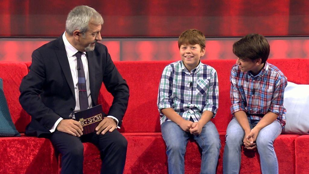 Carlos Sobera y una pareja de participantes en 'Little big show'.