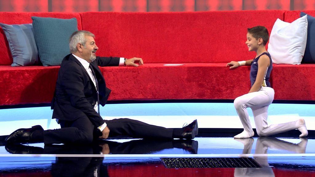 Carlos Sobera y uno de los bailarines participantes en 'Little big show'.