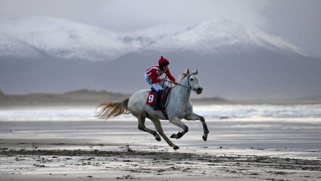 Corredores participan en la tradicional carrera de Navidad de caballos por la playa en Ballyheigue,  Irlanda