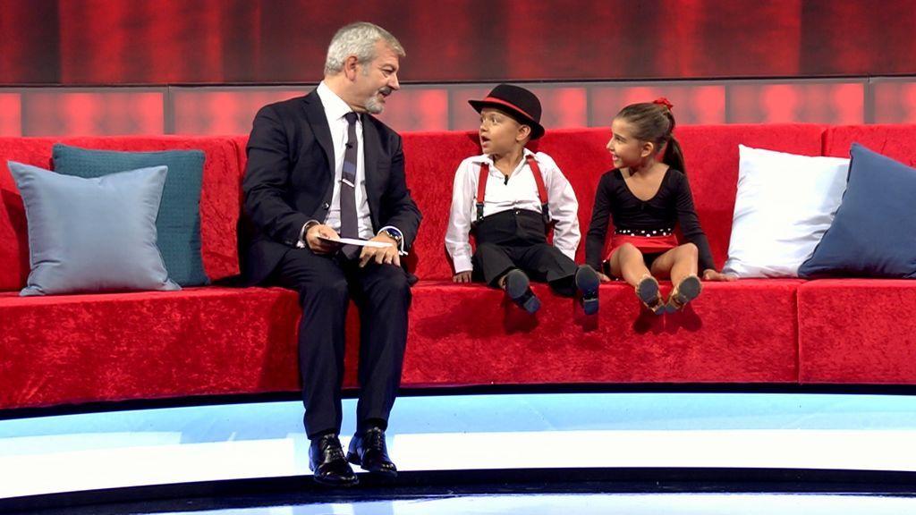 Carlos Sobera y dos participantes de 'Little big show'.